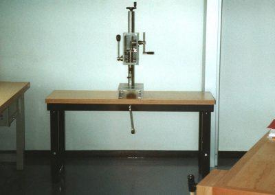 Handbetriebene Tischbohrmaschine im Schülerwerkraum auf einen Werktisch montiert