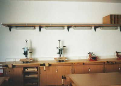 Mehrere handbetriebene Tischbohrmaschinen in einem Schülerwerkraum